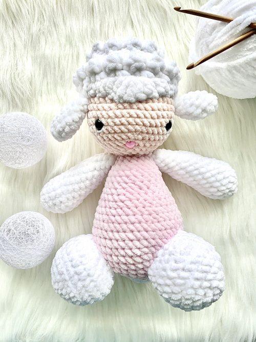 Biała owieczka ręcznie robiona na szydełku sklep piękna historia 2