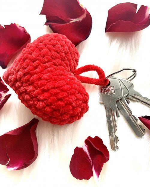 WALENTYNKOWE SERDUSZKO – breloczek do kluczy, zawieszka z włóczki, różne kolory, mini – 7cm