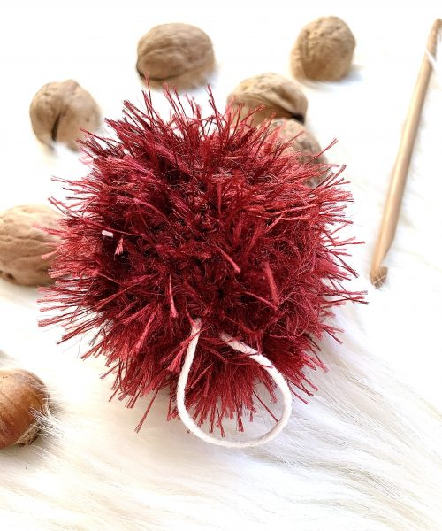 Jeżyk zrobiony na szydełu, mały, wygląda jesiennie