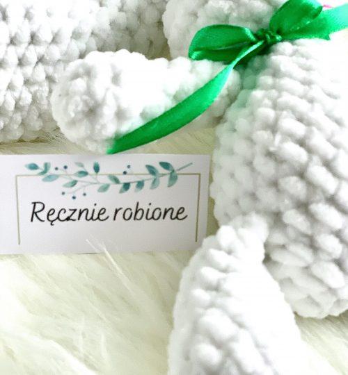 Mały króliczek wielkanocny biały z zielonymi wstążkami
