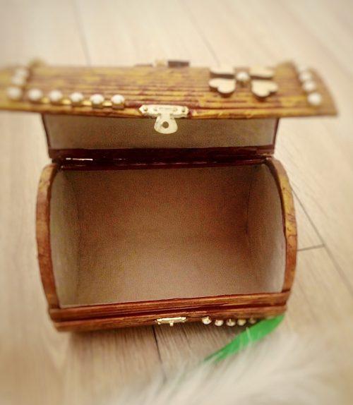 Brązowe pudełko na biżuterię i skarby