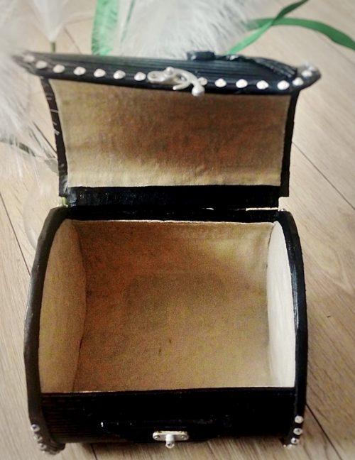 Otwarte pudełko na skarby i biżuterię