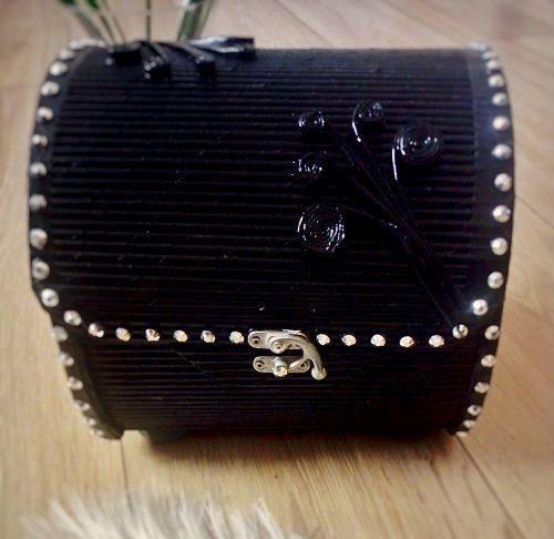 Czarne pudełko na biżuterię