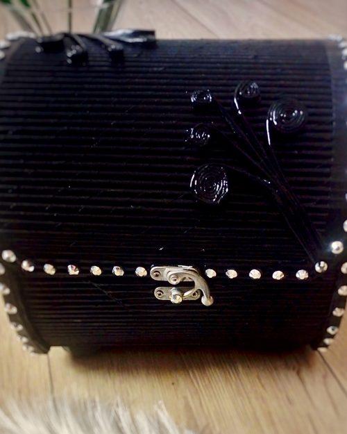 Pudełko BEAUTY BLACK na biżuterię i skarby, rozmiar MIDI