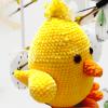 Żółty kurczak wielkanocny robiony na szydełku